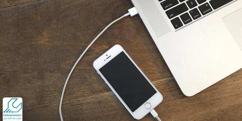 آپدیت گوشی اپل با آیتونز و کابل USB02